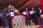 Во время заключительной церемонии Его Святейшество Далай-лама представляет публике свою новую книгу, посвященную истории его взаимоотношений с народом штата Аруначал-Прадеш. Таванг, штат Аруначал-Прадеш, Индия. 10 апреля 2017 г. Фото: Тензин Чойджор (офис ЕСДЛ)
