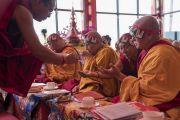 Монахи раздают ритуальные субстанции во время посвящения Ригзина Дунгдруба, даруемого Его Святейшеством Далай-ламой. Таванг, штат Аруначал-Прадеш, Индия. 10 апреля 2017 г. Фото: Тензин Чойджор (офис ЕСДЛ)