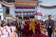 Его Святейшество Далай-лама поднимается на сцену в начале заключительного дня учений, организованных на площадке при храме Йига Чойзин. Таванг, штат Аруначал-Прадеш, Индия. 10 апреля 2017 г. Фото: Тензин Чойджор (офис ЕСДЛ)