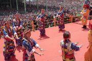 Тибетские артисты исполняют традиционные песни во время заключительной церемонии, завершающей учения Его Святейшества Далай-ламы. Таванг, штат Аруначал-Прадеш, Индия. 10 апреля 2017 г. Фото: Тензин Чойджор (офис ЕСДЛ)