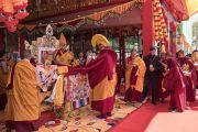 Монахи совершают традиционные подношения в ходе молебна о долгой жизни Его Святейшества Далай-ламы. Таванг, штат Аруначал-Прадеш, Индия. 10 апреля 2017 г. Фото: Тензин Чойджор (офис ЕСДЛ)
