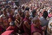 Верующие из Мона и Бутана, собравшиеся на площади у монастыря Таванг, слушают наставления Его Святейшества Далай-ламы. Таванг, штат Аруначал-Прадеш, Индия. 11 апреля 2017 г. Фото: Тензин Чойджор (офис ЕСДЛ)