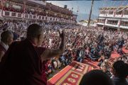 Его Святейшество Далай-лама машет рукой верующим из Мона и Бутана, собравшимся на площади у монастыря Таванг. Таванг, штат Аруначал-Прадеш, Индия. 11 апреля 2017 г. Фото: Тензин Чойджор (офис ЕСДЛ)