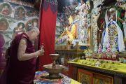 В заключительный день визита Его Святейшество Далай-лама ранним утром молится у алтаря в монастыре Таванг. Таванг, штат Аруначал-Прадеш, Индия. 11 апреля 2017 г. Фото: Тензин Чойджор (офис ЕСДЛ)