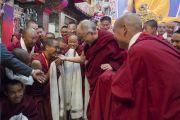 Его Святейшество Далай-лама шутливо приветствует монахов, собравшихся, чтобы выразить ему почтение.  Таванг, штат Аруначал-Прадеш, Индия. 11 апреля 2017 г. Фото: Тензин Чойджор (офис ЕСДЛ)
