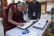 В начале заключительного дня визита в Таванг Его Святейшество Далай-лама подписывает свои книги под названием «Океан и голубая гора», рассказывающие о его отношениях с жителями Аруначал-Прадеша. Таванг, штат Аруначал-Прадеш, Индия. 11 апреля 2017 г. Фото: Тензин Чойджор (офис ЕСДЛ)