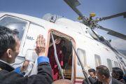 Перед вылетом в Гувахати Его Святейшество Далай-лама машет своим почитателям рукой на прощание. Таванг, штат Аруначал-Прадеш, Индия. 11 апреля 2017 г. Фото: Тензин Чойджор (офис ЕСДЛ)