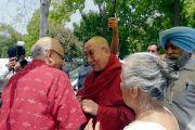 Бывший секретарь иностранных дел Лалит Мансингх приветствует Его Святейшество Далай-ламу, прибывшего в международный центр Индии. Нью-Дели, Индия. 27 апреля 2017 г. Фото: Лобсанг Церинг (офис ЕСДЛ)