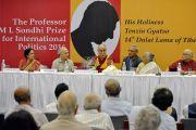 Его Святейшество Далай-лама отвечает на вопросы слушателей во время лекции в международном центре Индии. Нью-Дели, Индия. 27 апреля 2017 г. Фото: Лобсанг Церинг (офис ЕСДЛ)