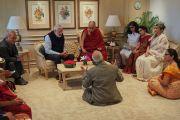 Его Святейшество Далай-лама во время совещания с членами координационного комитета по разработке учебной программы для преподавания нравственных ценностей в современных учебных заведениях. Нью-Дели, Индия. 27 апреля 2017 г. Фото: Джереми Рассел (офис ЕСДЛ)