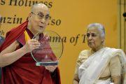 Его Святейшество Далай-лама демонстрирует публике врученную ему награду им. профессора М. Л. Сондхи в области международной политики. Нью-Дели, Индия. 27 апреля 2017 г. Фото: Джереми Рассел (офис ЕСДЛ)