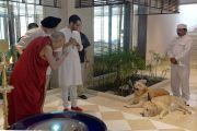Его Святейшество Далай-лама любуется собаками в доме Аналджита Сингха, где состоялось совещание рабочего комитета по созданию учебной программы преподавания общечеловеческих ценностей. Нью-Дели, Индия. 28 апреля 2017 г. Фото: Лобсанг Церинг (офис ЕСДЛ)