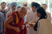 Его Святейшество Далай-ламу, прибывшего в дом Аналджита Сингха на совещание рабочего комитета по созданию учебной программы преподавания общечеловеческих ценностей, встречают согласно индийским традициям. Нью-Дели, Индия. 28 апреля 2017 г. Фото: Лобсанг Церинг (офис ЕСДЛ)