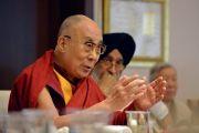 Его Святейшество Далай-лама обращается к собравшимся в ходе совещания рабочего комитета по созданию учебной программы преподавания общечеловеческих ценностей. Нью-Дели, Индия. 28 апреля 2017 г. Фото: Лобсанг Церинг (офис ЕСДЛ)