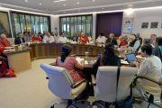 Участники совещания рабочего комитета по созданию учебной программы преподавания общечеловеческих ценностей слушают Его Святейшество Далай-ламу. Нью-Дели, Индия. 28 апреля 2017 г. Фото: Лобсанг Церинг (офис ЕСДЛ)