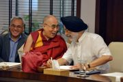 Его Святейшество Далай-лама и Аналджит Сингх шутливо беседуют во время совещания рабочего комитета по созданию учебной программы преподавания общечеловеческих ценностей. Нью-Дели, Индия. 28 апреля 2017 г. Фото: Лобсанг Церинг (офис ЕСДЛ)
