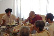 Его Святейшество Далай-лама обедает с участниками совещания рабочего комитета по созданию учебной программы преподавания общечеловеческих ценностей. Нью-Дели, Индия. 28 апреля 2017 г. Фото: Джереми Рассел (офис ЕСДЛ)