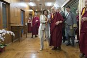 Его Святейшество Далай-лама провожает лидера демократического меньшинства в палате представителей конгресса США Нэнси Пелоси и членов двухпартийной делегации конгресса США в зал собраний своей резиденции. Дхарамсала, Индия. 9 мая 2017 г. Фото: Тензин Чойджор (офис ЕСДЛ)