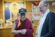Его Святейшество Далай-лама примеряет бейсболку, преподнесенную ему Стивом Уильямсоном, супругом члена двухпартийной делегации конгресса США Прамилы Джаяпал. Дхарамсала, Индия. 9 мая 2017 г. Фото: Тензин Чойджор (офис ЕСДЛ)