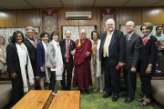 Его Святейшество Далай-лама фотографируется с членами двухпартийной делегации конгресса США. Дхарамсала, Индия. 9 мая 2017 г. Фото: Тензин Чойджор (офис ЕСДЛ)