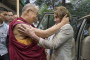 Его Святейшество Далай-лама приветствует своего давнего друга Нэнси Пелоси, лидера демократического меньшинства в палате представителей конгресса США, прибывшую в его резиденцию во главе делегации членов республиканской и демократической партий конгресса США. Дхарамсала, Индия. 9 мая 2017 г. Фото: Тензин Чойджор (офис ЕСДЛ)
