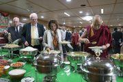 Его Святейшество Далай-лама во время обеда с членами двухпартийной делегации конгресса США, организованного в его резиденции. Дхарамсала, Индия. 9 мая 2017 г. Фото: Тензин Чойджор (офис ЕСДЛ)