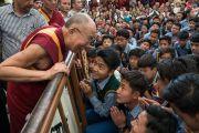 Его Святейшество Далай-лама приветствует тибетских студентов, возвращаясь в свою резиденцию после встречи, организованной в главном тибетском храме по случаю визита двухпартийной делегации конгресса США. Дхарамсала, Индия. 10 мая 2017 г. Фото: Тензин Чойджор (офис ЕСДЛ)