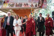 Его Святейшество Далай-лама, сикьонг (глава Центральной тибетской администрации) Лобсанг Сенге и члены двухпартийной делегации конгресса США прибывают в главный тибетский храм на встречу с местными жителями. Дхарамсала, Индия. 10 мая 2017 г. Фото: Тензин Чойджор (офис ЕСДЛ)