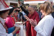 Его Святейшеству Далай-ламе и лидеру демократического меньшинства в палате представителей конгресса США Нэнси Пелоси подносят традиционное приветствие по прибытии в главный тибетский храм. Дхарамсала, Индия. 10 мая 2017 г. Фото: Тензин Чойджор (офис ЕСДЛ)