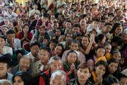Верующие ожидают возвращения Его Святейшества Далай-ламы на площадь главного тибетского храма по завершении встречи с членами двухпартийной делегации конгресса США. Дхарамсала, Индия. 10 мая 2017 г. Фото: Тензин Чойджор (офис ЕСДЛ)
