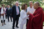 Его Святейшество Далай-лама приветствует лидера демократического меньшинства в палате представителей конгресса США Нэнси Пелоси, перед тем как отправиться в главный тибетский храм на встречу с тибетцами из местного тибетского сообщества. Дхарамсала, Индия. 10 мая 2017 г. Фото: Тензин Чойджор (офис ЕСДЛ)