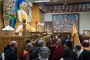 Его Святейшество Далай-лама демонстрирует членам двухпартийной делегации конгресса США статую Будды в главном тибетском храме. Дхарамсала, Индия. 10 мая 2017 г. Фото: Тензин Чойджор (офис ЕСДЛ)