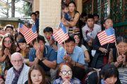 Тибетцы из местного тибетского сообщества держат американские флаги, ожидая прибытия Его Святейшества Далай-ламы и членов двухпартийной делегации конгресса США в главный тибетский храм. Дхарамсала, Индия. 10 мая 2017 г. Фото: Тензин Чойджор (офис ЕСДЛ)