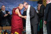 Его Святейшество Далай-лама преподносит Джиму Макговерну, члену палаты представителей конгресса США, белый шарф-хадак в знак благодарности по завершении встречи, организованной в главном тибетском храме по случаю визита двухпартийной делегации конгресса США. Дхарамсала, Индия. 10 мая 2017 г. Фото: Тензин Чойджор (офис ЕСДЛ)