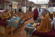 Монахи монастыря Намгьял читают молитвы, в то время как Его Святейшество Далай-лама и члены двухпартийной делегации конгресса США прибывают в храм Калачакры. Дхарамсала, Индия. 10 мая 2017 г. Фото: Тензин Чойджор (офис ЕСДЛ)