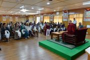 Его Святейшество Далай-лама обсуждает вопросы светской этики со студентами из США, Канады и Индии. Дхарамсала, Индия. 19 мая 2017 г. Фото: Тензин Дамчо (офис ЕСДЛ)