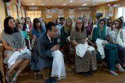 Один из слушателей задает вопрос Его Святейшеству Далай-ламе во время встречи со студентами из США, Канады и Индии. Дхарамсала, Индия. 19 мая 2017 г. Фото: Тензин Пунцок (офис ЕСДЛ)
