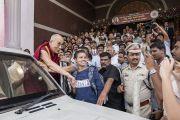 Его Святейшество Далай-лама держит за руку студентку, попросившую сфотографироваться с ним по завершении государственного семинара «Социальная справедливость и Б. Р. Амбедкар». Бангалор, штат Карнатака, Индия. 23 мая 2017 г. Фото: Тензин Чойджор (офис ЕСДЛ)