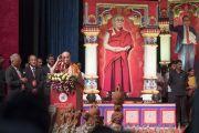Его Святейшество Далай-лама обращается к собравшимся в ходе государственного семинара «Социальная справедливость и Б. Р. Амбедкар». Бангалор, штат Карнатака, Индия. 23 мая 2017 г. Фото: Тензин Чойджор (офис ЕСДЛ)