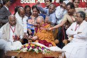 Его Святейшество Далай-лама подписывает для своих почитателей книги и фотографии по завершении государственного семинара «Социальная справедливость и Б. Р. Амбедкар». Бангалор, штат Карнатака, Индия. 23 мая 2017 г. Фото: Тензин Чойджор (офис ЕСДЛ)