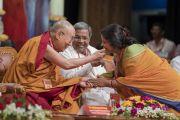 Его Святейшество Далай-лама благодарит певицу, выступившую на открытии государственного семинара «Социальная справедливость и Б. Р. Амбедкар», посвященного 125-летию со дня рождения Б. Р. Амбедкара. Бангалор, штат Карнатака, Индия. 23 мая 2017 г. Фото: Тензин Чойджор (офис ЕСДЛ)