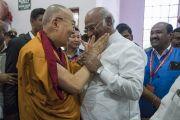 Его Святейшество Далай-лама приветствует лидера парламентской партии конгресса Шри Малликарджуна Кхарге по прибытии в конференц-центр им. Б. Р. Амбедкара. Бангалор, штат Карнатака, Индия. 23 мая 2017 г. Фото: Тензин Чойджор (офис ЕСДЛ)