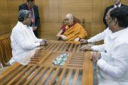Его Святейшество Далай-лама беседует с главным министром штата Карнатака Сиддарамаяхом в конференц-центре им. Б. Р. Амбедкара. Бангалор, штат Карнатака, Индия. 23 мая 2017 г. Фото: Тензин Чойджор (офис ЕСДЛ)