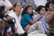Хүмүүс Дээрхийн Гэгээнтний илтгэлийг сонсож байгаа нь. Энэтхэг, Шинэ Дели. 2017.05.24. Гэрэл зургийг Тэнзин Чойжор (ДЛО)