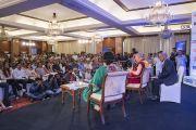 Дээрхийн Гэгээнтэн Далай Лам Indian Express сонины хүмүүст илтгэл тавьж байгаа нь. Энэтхэг, Шинэ Дели. 2017.05.24. Гэрэл зургийг Тэнзин Чойжор (ДЛО)