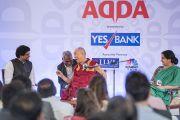 Дээрхийн Гэгээнтэн Далай Лам Ананта Гоёнкатай ярилцаж байгаа нь. Энэтхэг, Шинэ Дели. 2017.05.24. Гэрэл зургийг Тэнзин Чойжор (ДЛО)