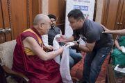 Indian Express сонинд ажилдаг төвөд сэтгүүлч Таши Тобгяал Дээрхийн Гэгээнтэнтэй уулзаж байгаа нь. Энэтхэг, Шинэ Дели. 2017.05.24. Гэрэл зургийг Тэнзин Чойжор (ДЛО)