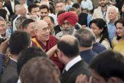 Дээрхийн Гэгээнтэн Далай Лам Таж Махал зочид буудалд явагдах уулзалтын өмнө хүмүүстэй уулзаж байгаа нь. Энэтхэг, Шинэ Дели. 2017.05.24. Гэрэл зургийг Тэнзин Чойжор (ДЛО)