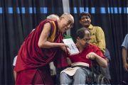 Его Святейшество Далай-лама держит новую книгу Аруна Шоури «Два святых», преподнесенную ему Адитьей Шоури в знак открытия презентации книги. Нью-Дели, Индия. 25 мая 2017 г. Фото: Тензин Чойджор (офис ЕСДЛ)