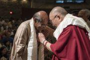 По завершении презентации книги Аруна Шоури «Два святых» Его Святейшество Далай-лама преподносит в знак благодарности традиционный шарф-хадак бывшему секретарю иностранных дел Шьяму Сарану. Нью-Дели, Индия. 25 мая 2017 г. Фото: Тензин Чойджор